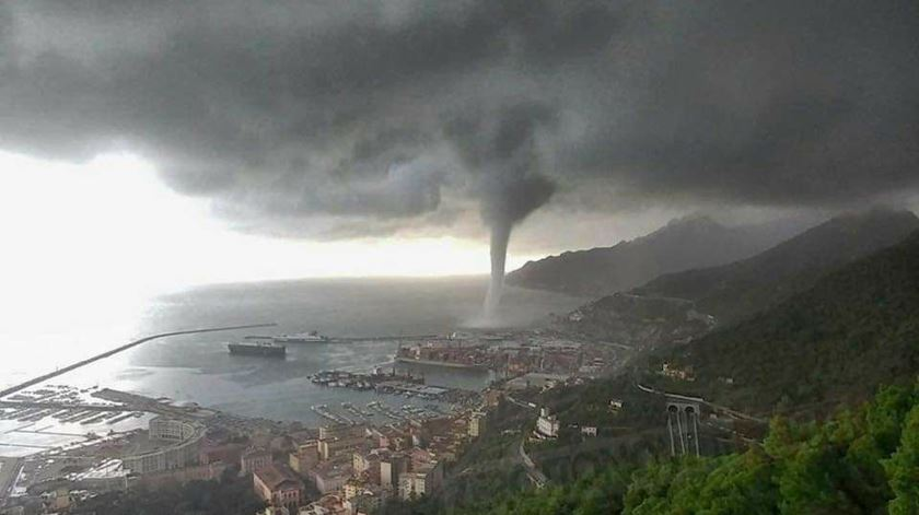 Itália. Tromba de água atinge Salerno