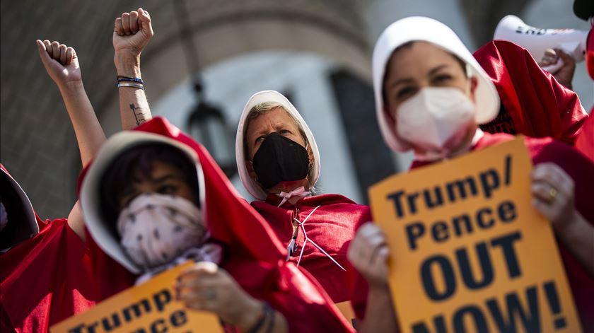 Milhares de norte-americanas marcham por direitos das mulheres e contra reeleição de Donald Trump