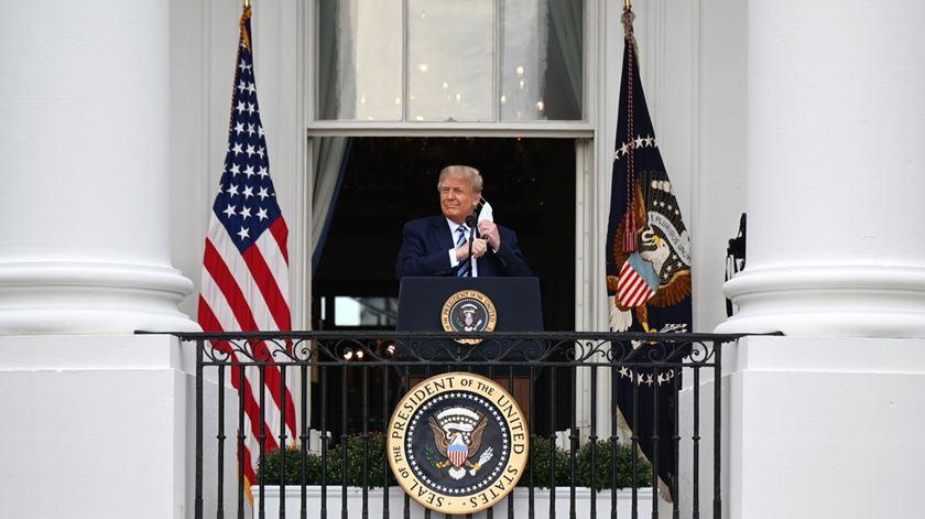 Trump volta à campanha depois de médico garantir que já não pode infetar terceiros