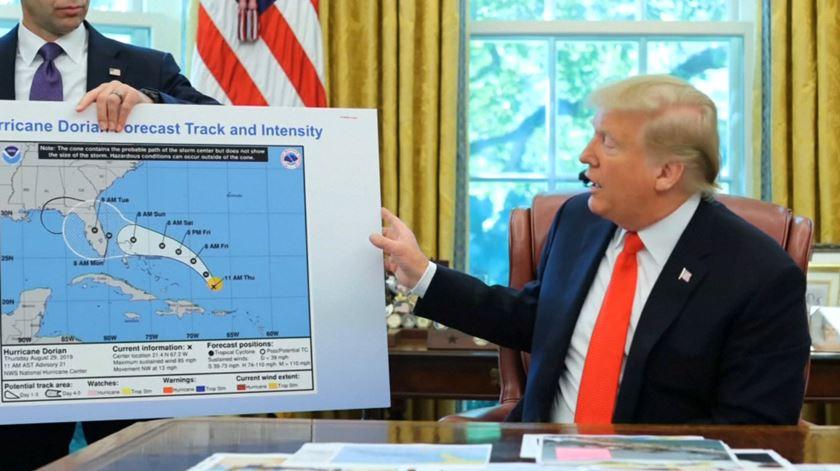 Trump altera mapa da rota do furacão Dorian para validar tweet incorrecto.