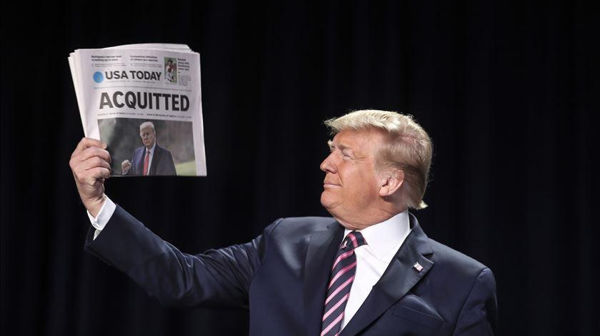 """""""Absolvido"""". Trump acena com jornais depois de escapar a destituição"""