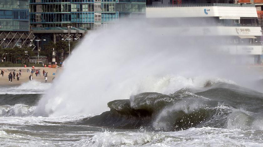 Tufão. Milhares de pessoas obrigadas a sair de casa e voos cancelados no Japão
