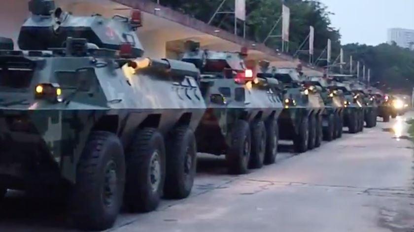 Forças paramilitares chinesas concentram-se na cidade de Shenzhen, perto da fronteira com Hong Kong. Foto: Twitter Global Times
