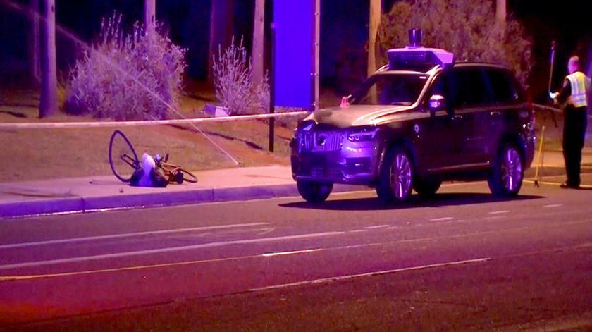 Mulher morre atropelada por veículo autónomo da Uber
