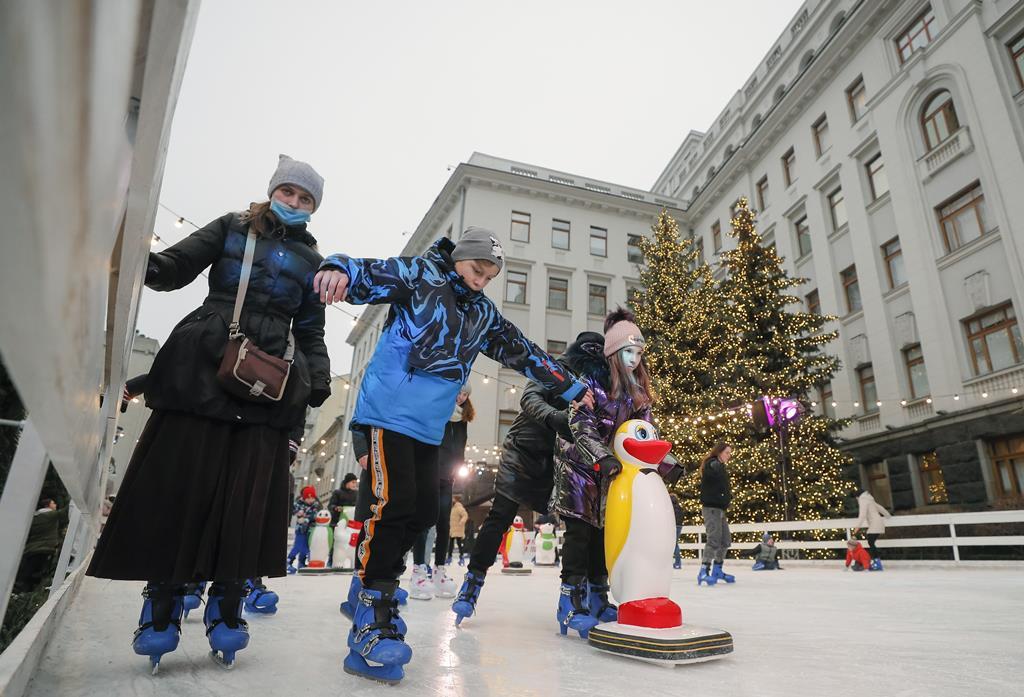 Ucranianos aproveitam o gelo invernal dias antes de o Governo ter decretado confinamento para lidar com a segunda vaga. Foto: Sergey Dolzhenko/EPA
