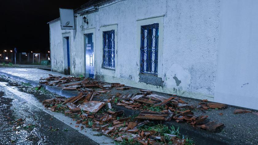 """Casas sem telhado em dia de chuva. Situação """"preocupante"""" em Coimbra"""