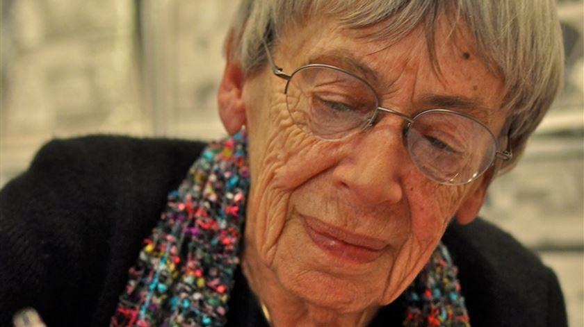 Morreu a escritora Ursula K. Le Guin, criadora de universos paralelos