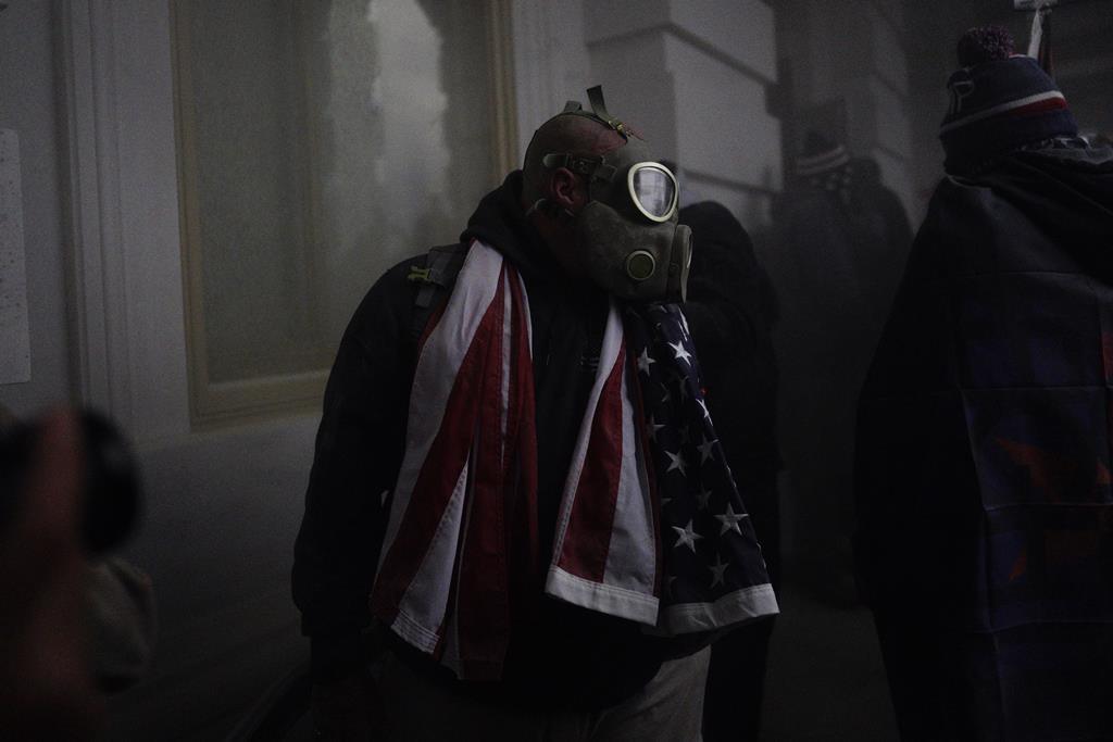 Homem com máscara de gás junto ao Capitólio. Foto: Will Oliver/EPA