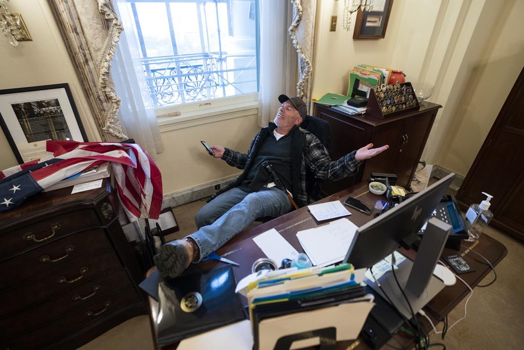 Apoiante de Donald Trump dentro do gabinete de Nancy Pelosi, presidente da Câmara dos Representantes. Foto: Jim Lo Scalzo/EPA