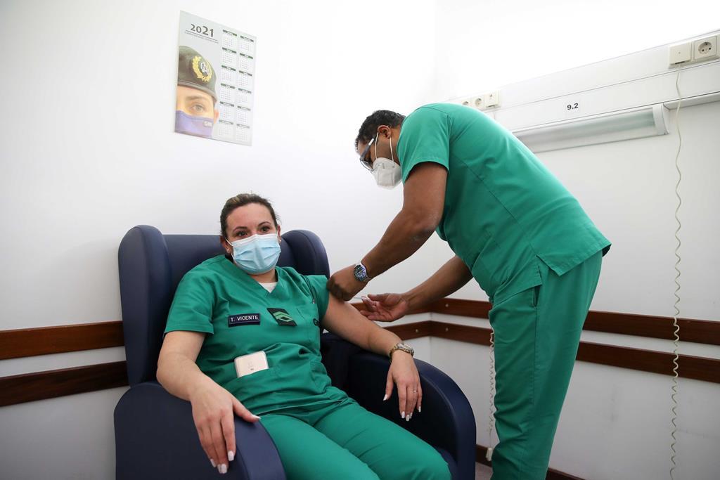 A 27 de dezembro iniciou-se a primeira fase da vacinação contra o vírus SARS-CoV-2, abrangendo os profissionais dos centros hospitalares. Foto: Manuel de Almeida/Lusa