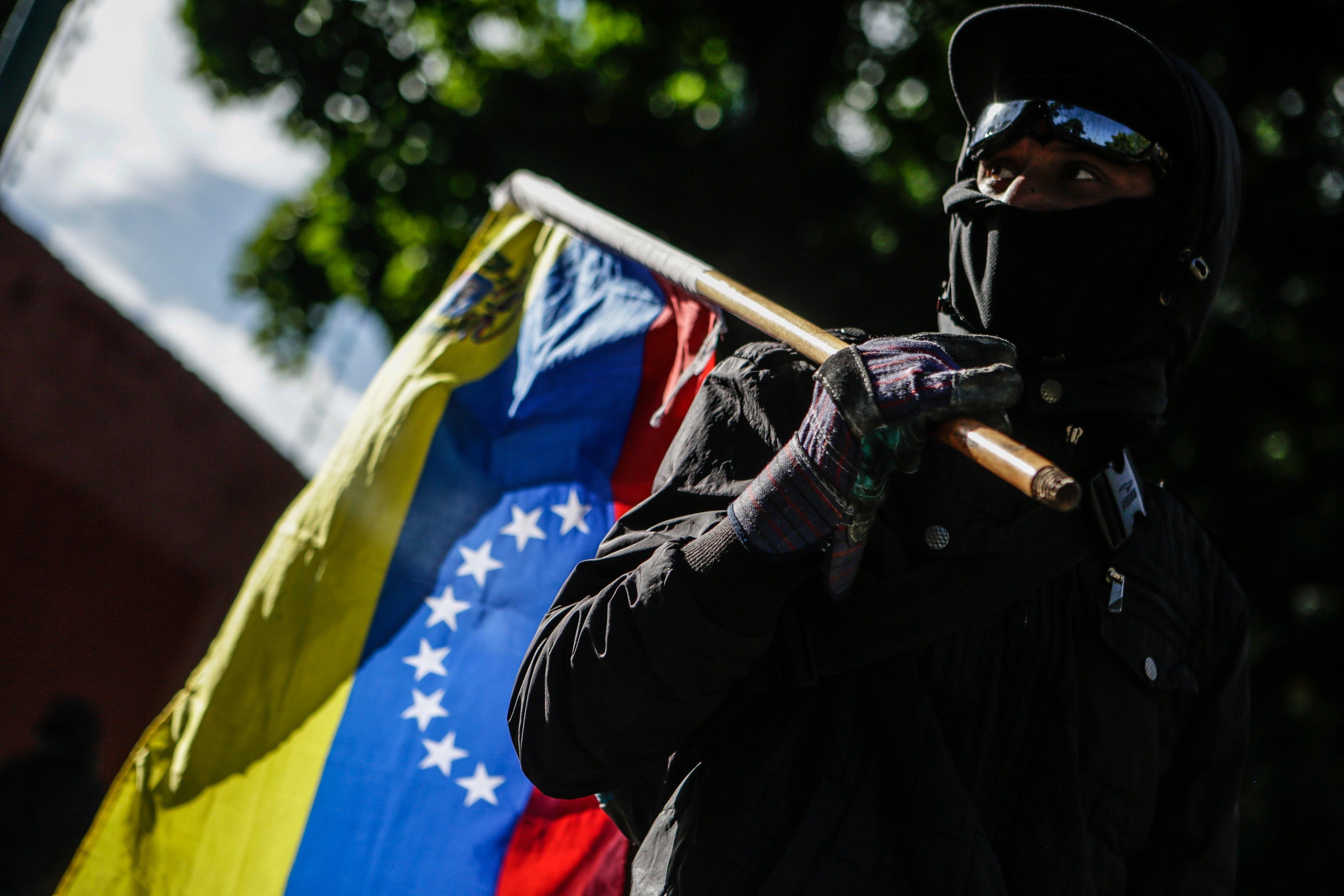 Grupos chavistas invadem Assembleia Nacional e ferem deputados