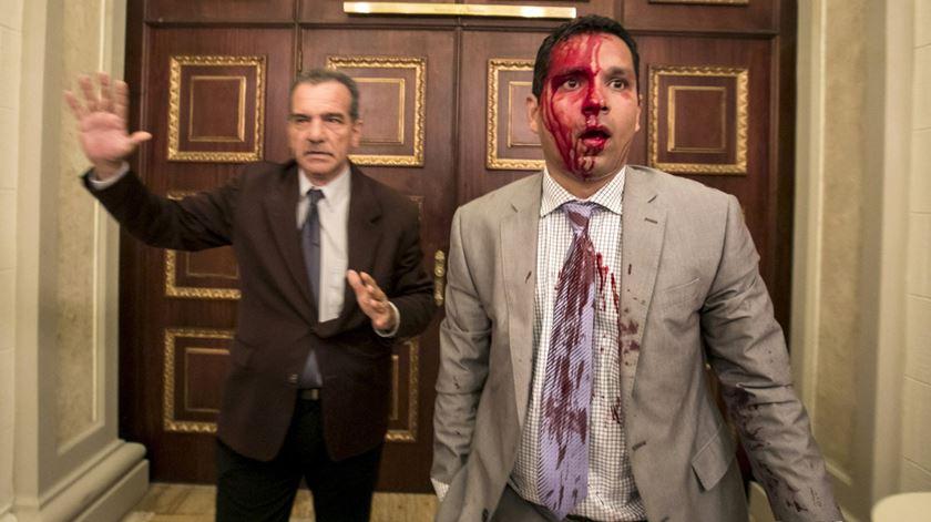 Apoiantes de Maduro invadem Parlamento da Venezuela