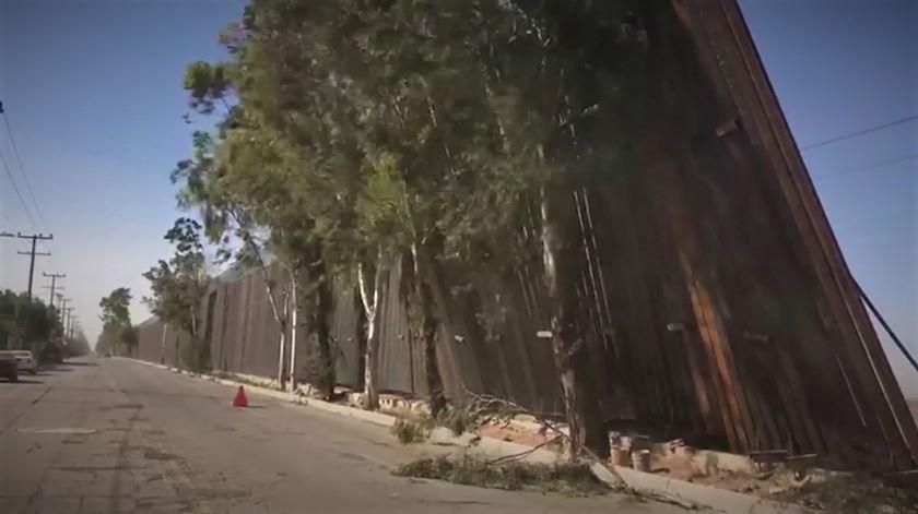 Vento derruba muro de Trump na fronteira com o México
