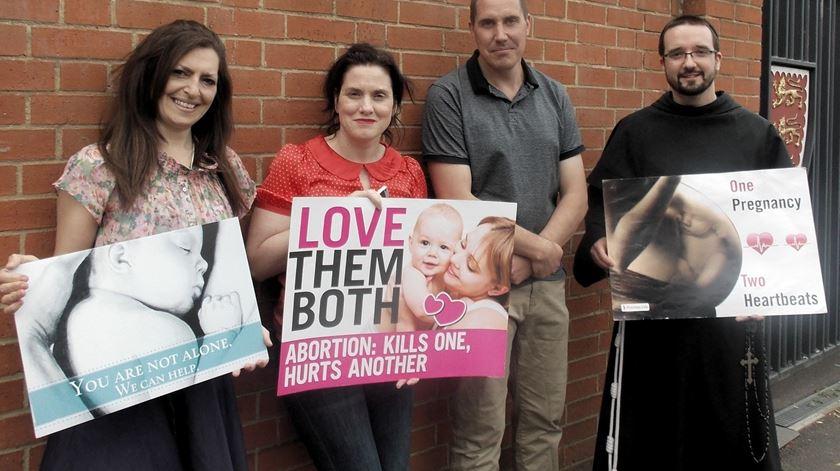 Vigílias como esta são proibidas em duas zonas de Londres. Foto: Right to Life UK