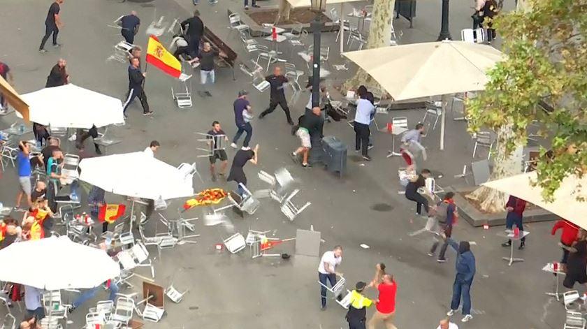 Cadeiras voam em Barcelona no Dia Nacional de Espanha