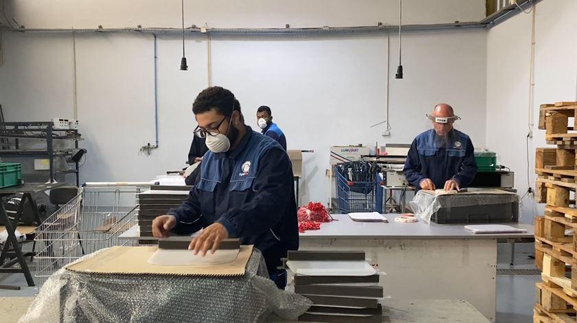"""Fábrica de """"outdoors"""" produz viseiras para médicos, bombeiros e polícias"""
