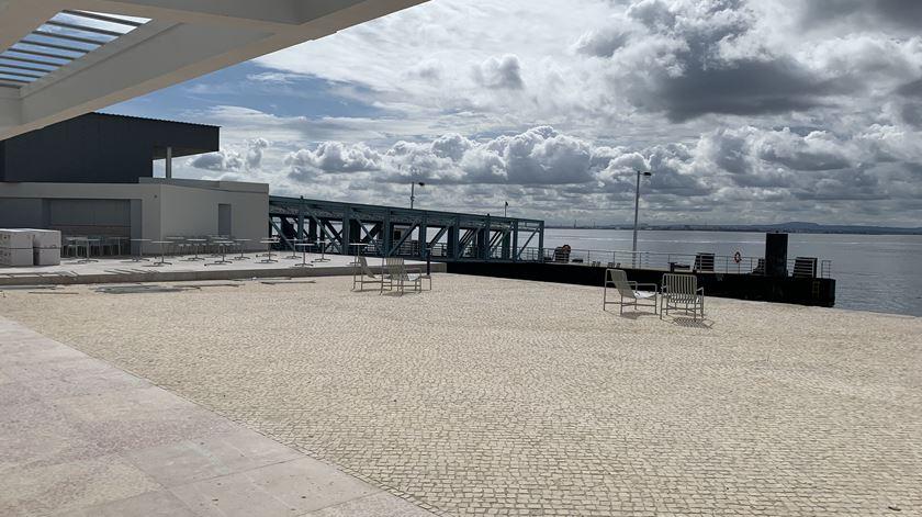 Vista da cafetaria para o rio e um dos pontões, da Estaçao de Interface ao lado. Foto: Ana Carrilho/ RR
