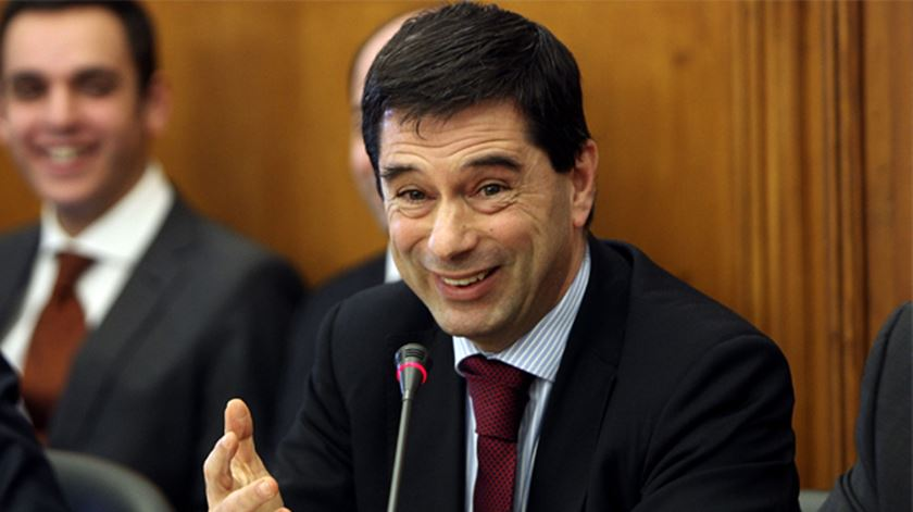 Tiago Espinhaço Gomes, na foto atrás de Vítor Gaspar, destaca o sentido de humor do antigo ministro. Foto: Lusa