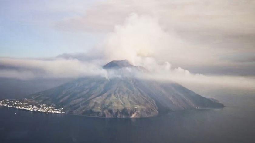 Vulcão de Stromboli na Sicília entra em erupção e faz um morto