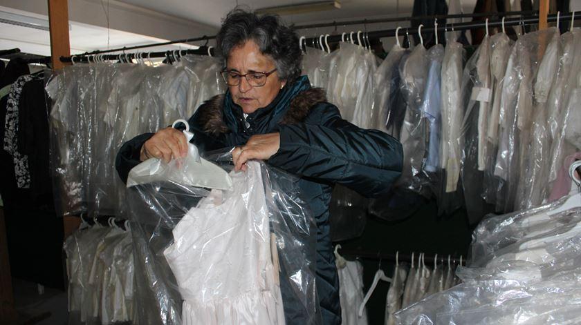 Luísa Oliveira, voluntária de 65 anos, prepara roupa para dar. Foto: Liliana Carona/RR
