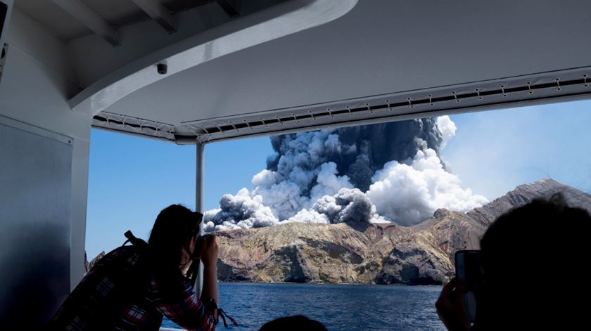 Polícia suspende buscas por desaparecidos da erupção na Nova Zelândia