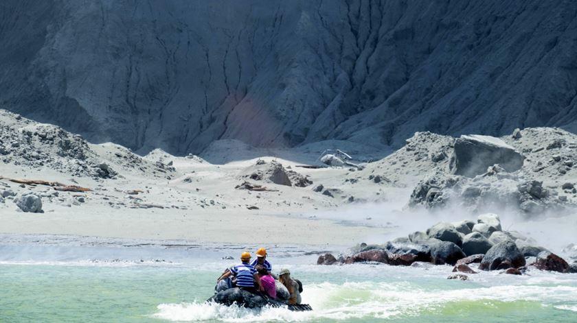 Erupção na Nova Zelândia deixa cinco mortos e dezenas de desaparecidos