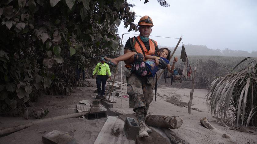 Erupção de vulcão mata dezenas na Guatemala