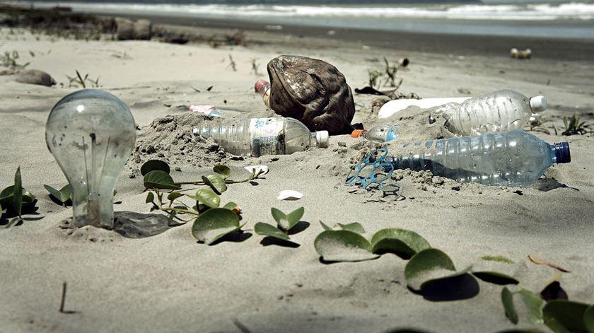 Há enormes ilhas de plástico no mar