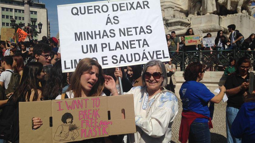 O protesto em Lisboa é realizado por pessoas de todas as idades: estudantes do ensino básico ao superior, crianças acompanhadas pelos pais e adultos. Foto: Cristina Nascimento/RR