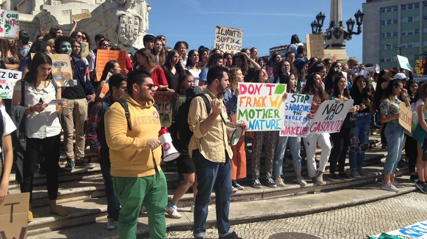 Em Lisboa, os jovens concentraram-se na praça Marquês do Pombal. Foto: Cristina Nascimento/RR