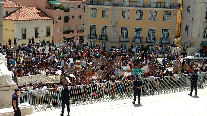 Concentração de jovens junto ao Parlamento. Foto: Cristina Nascimento/RR