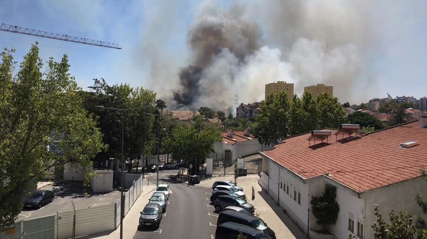Lisboa. Incêndio na Penha de França obriga a evacuação de infantário e creche