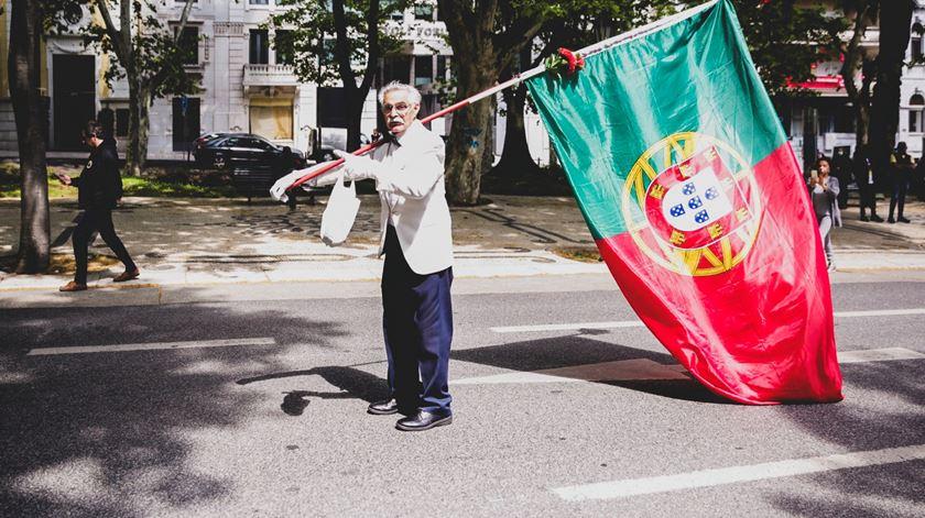 Das cotoveladas (solidárias) de Marcelo a uma avenida sem gente: retratos do 25 de Abril em Lisboa