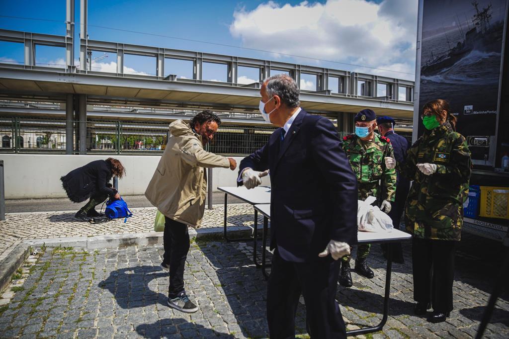 Presidente da República durante uma ação de distribuição de comida a sem-abrigo em Lisboa. Foto: Beatriz Lopes/RR