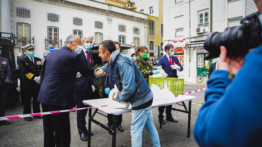 Depois da cerimónia do 25 de Abril, Marcelo distribuiu refeições a pessoas sem-abrigo