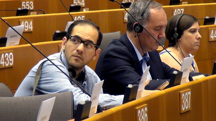 """Um refugiado no Parlamento Europeu. """"São edifícios muito bonitos, mas o que aqui se diz não chega"""""""