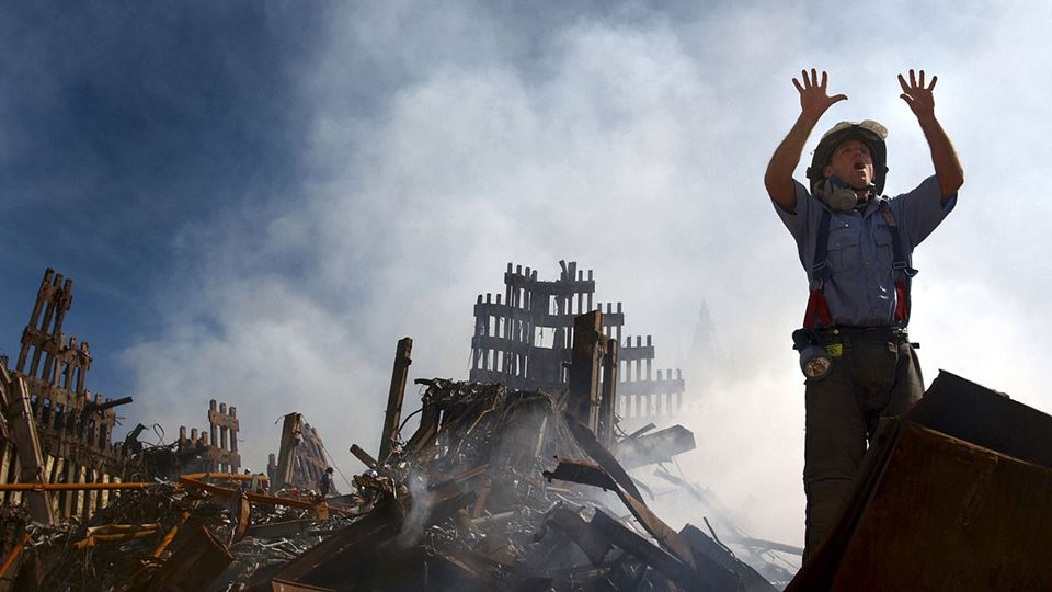 11 de setembro - bombeiro pede ajuda a colegas - Wikimedia Commnons