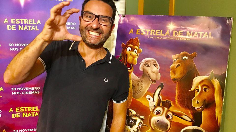 José Coimbra junto ao cartaz do filme