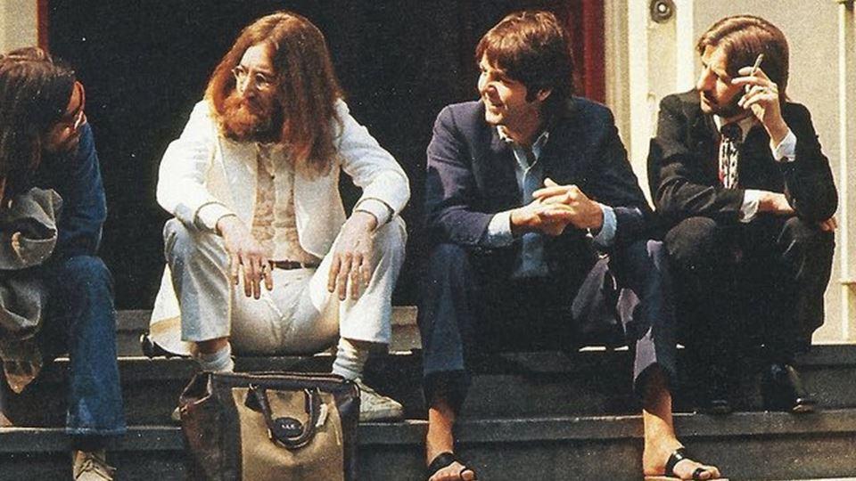 Beatles à porta dos estúdios antes de atravessarem a passadeira Agosto 1969