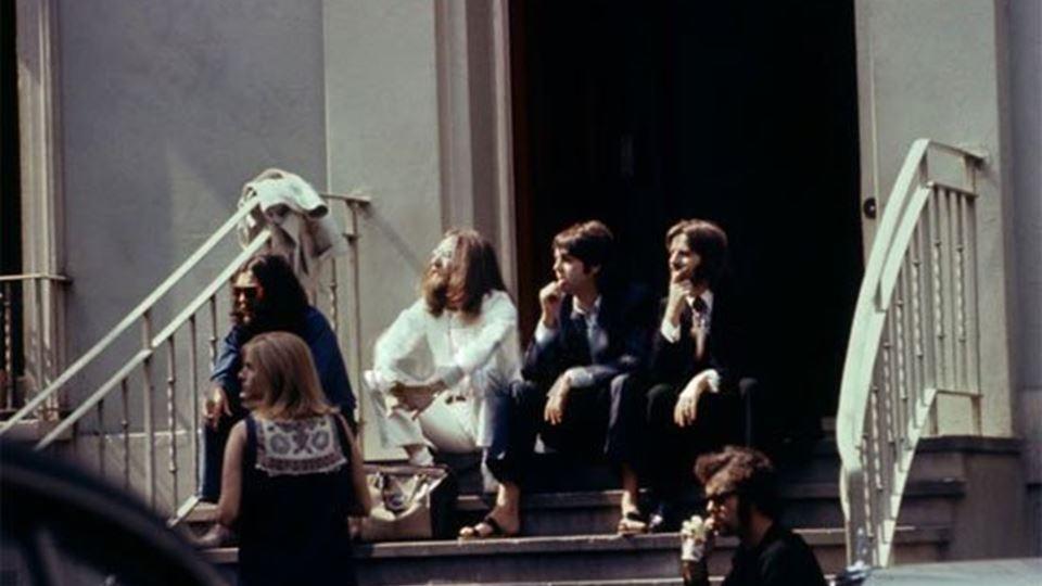 Abbey Road - Beatles à porta dos estúdios antes de atravessarem a passadeira