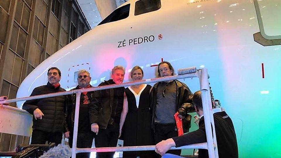 Kalu, Tim, Gui, Cristina Avides Moreira (mulher de Zé Pedro) e João Cabeleira no novo avião Zé Pedro