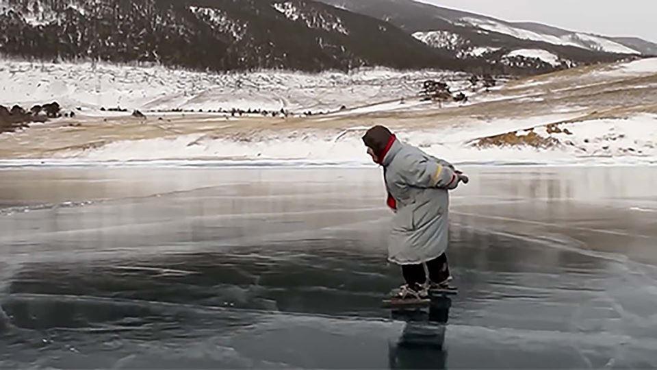Avó de 79 anos desliza no gelo...