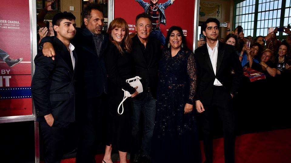 """Bruce Springsteen e Patti Scialfa, na premiere de """" Blinded by the Lights"""" com os atores Viveik Kaira e Aaron Phagura, e com a realizadora Gurinder Chadha e autor do livro que inspirou o  filme - Sarfraz Manzoor"""