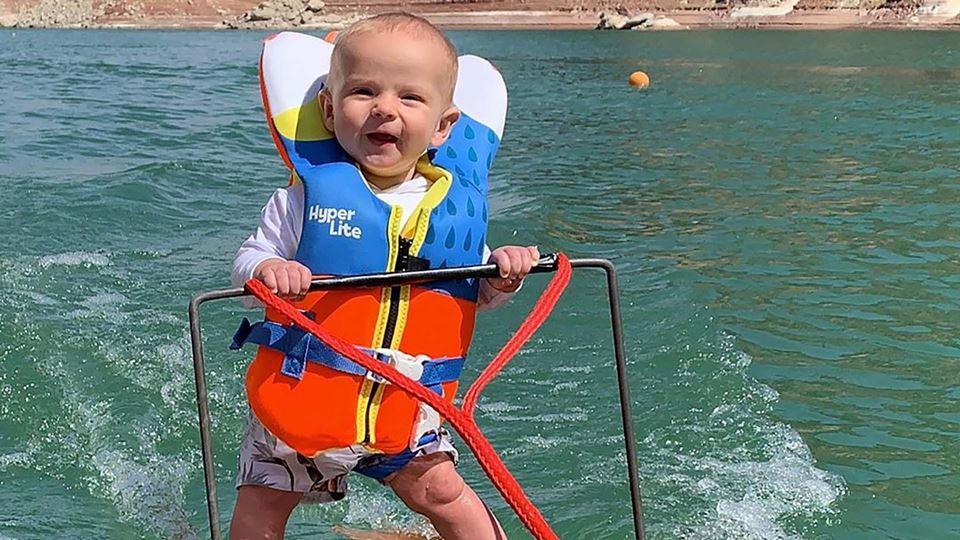 Bebé de seis meses faz ski aqu...