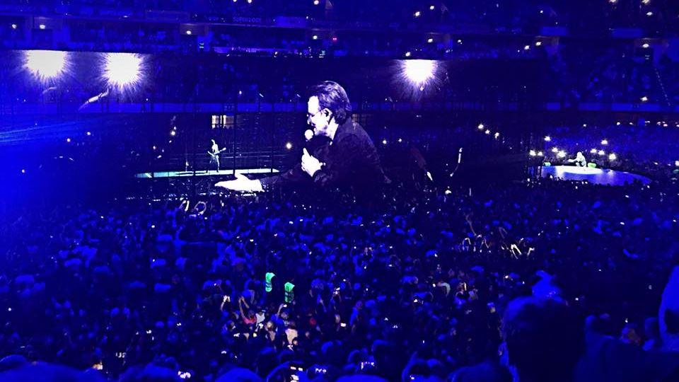 U2 ao vivo em Lisboa - Bono no ecrã interage com The Edge na passadeira no centro do pavilhão