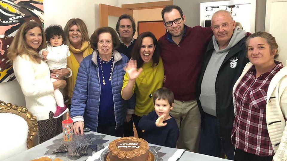 Carolina Camargo reunida com a família