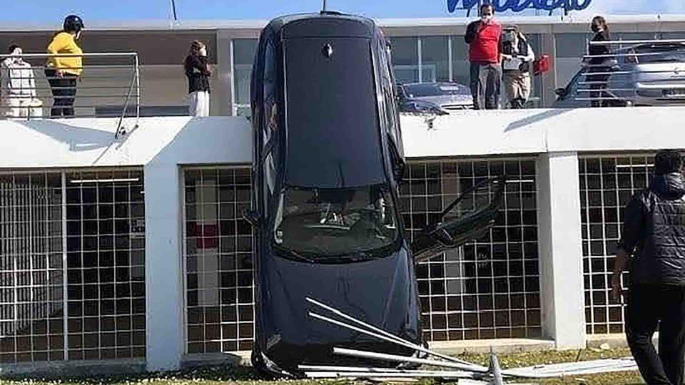 """Carro """"cai"""" de parque estacion..."""