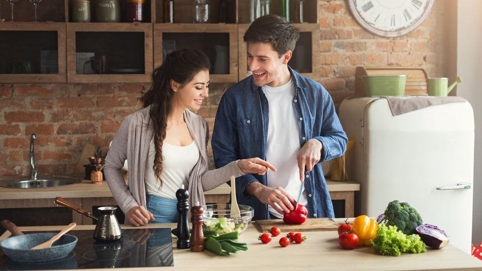 Casais que cozinham em equipa ...