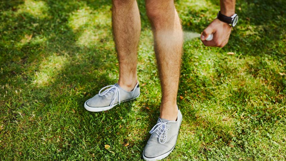 Colocar repelente nas pernas