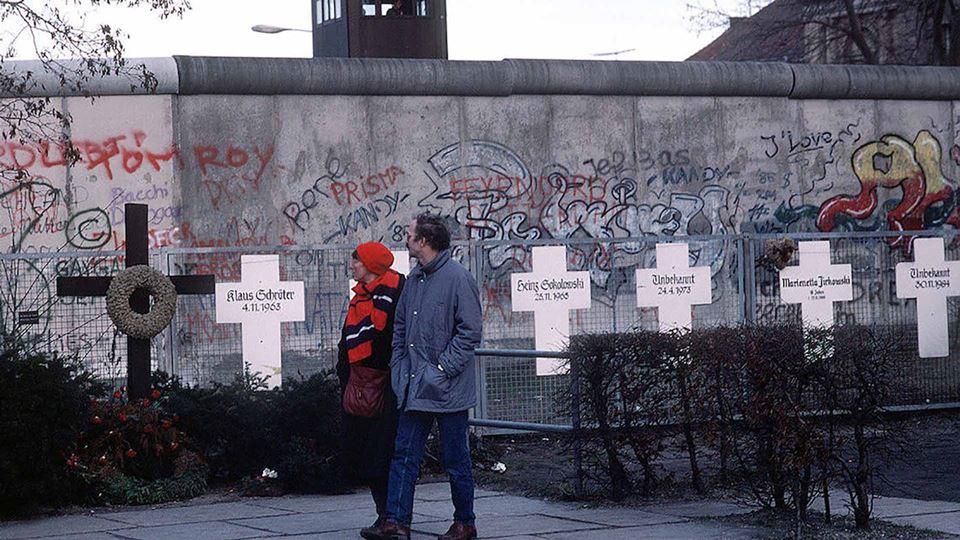 Cruzes no muro de Berlim em homenagem aos mortos
